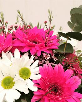 ramo en tonos rosas y blancos de cerca