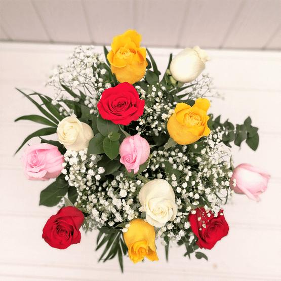 ramo de rosas de colores y paniculata desde arriba