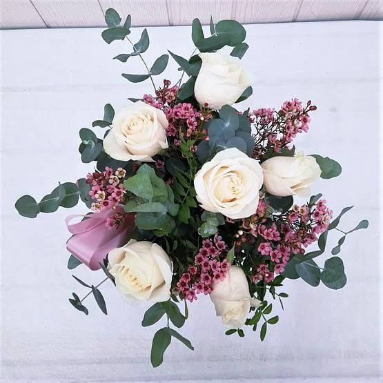 flor de cera rosa blanca