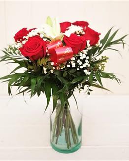 ramo de rosas y lilium blanco de frente
