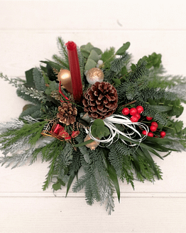 centro de navidad en tonos rojos y blancos desde arriba