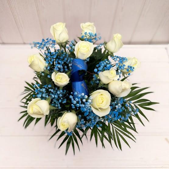 ramo de doce rosas blancas y paniculata azul desde arriba