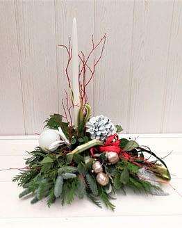 centro navideño con vela blanca de frente
