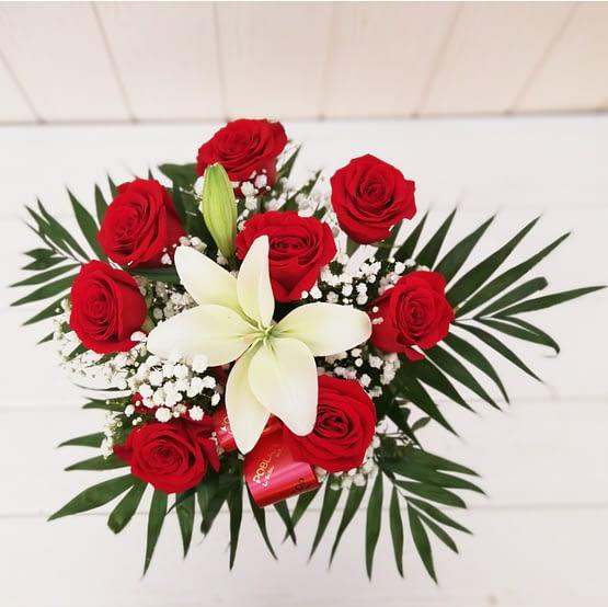 ramo de rosas y lilium blanco desde arriba