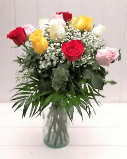 ramo de rosas de colores y paniculata de frente