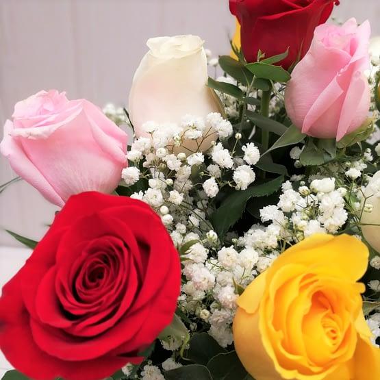 ramo de rosas de colores y paniculata de cerca