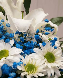 ramo en tonos azules y blancos de cerca