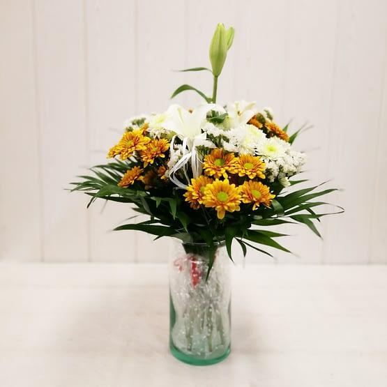 ramo margaritas naranjas y blancas y lilium de frente