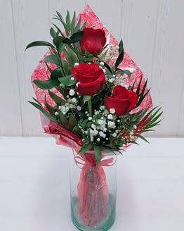 detalle tres rosas rojas