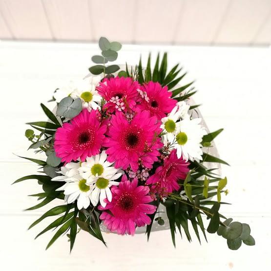 ramo en tonos rosas y blancos desde arriba
