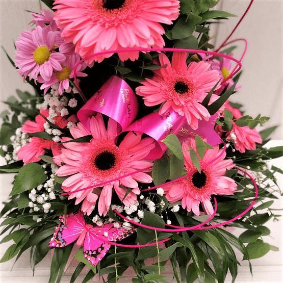 Centro de flores en tonos rosas de cerca