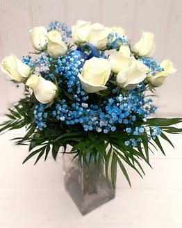 ramo de doce rosas blancas y paniculata azul de frente