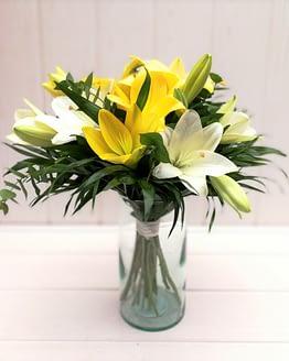 ramo de liliums amarillos y blancos de frente