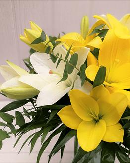 ramo de liliums amarillos y blancos de cerca