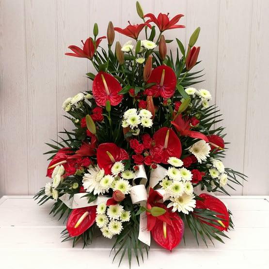 centro de anthurium rojo, margarita blanca y rosa pitiminí de frente