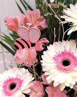 centro de gerberas y alstroemerias rosas de cerca