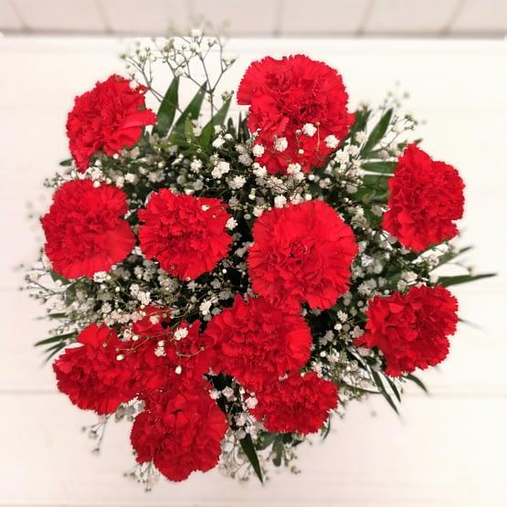ramo de claveles rojos desde arriba
