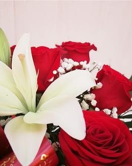 ramo de rosas y lilium blanco de cerca